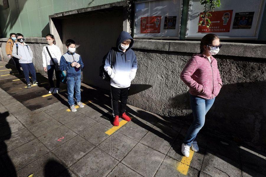 A Nice, mardi matin, des écoliers attendent en file, à bonne distance les uns des autres.