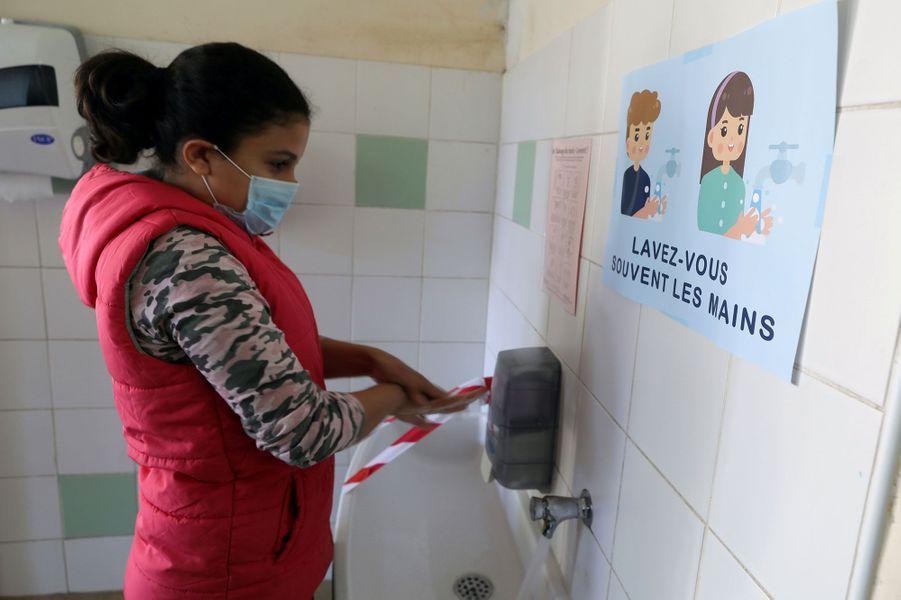 Lavage des mains à l'école primaire Simone Veil, à Nice, mardi matin.