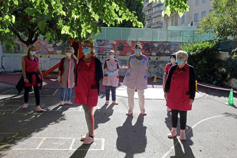 Le personnel de cette école primaire de Nice porte des masques.