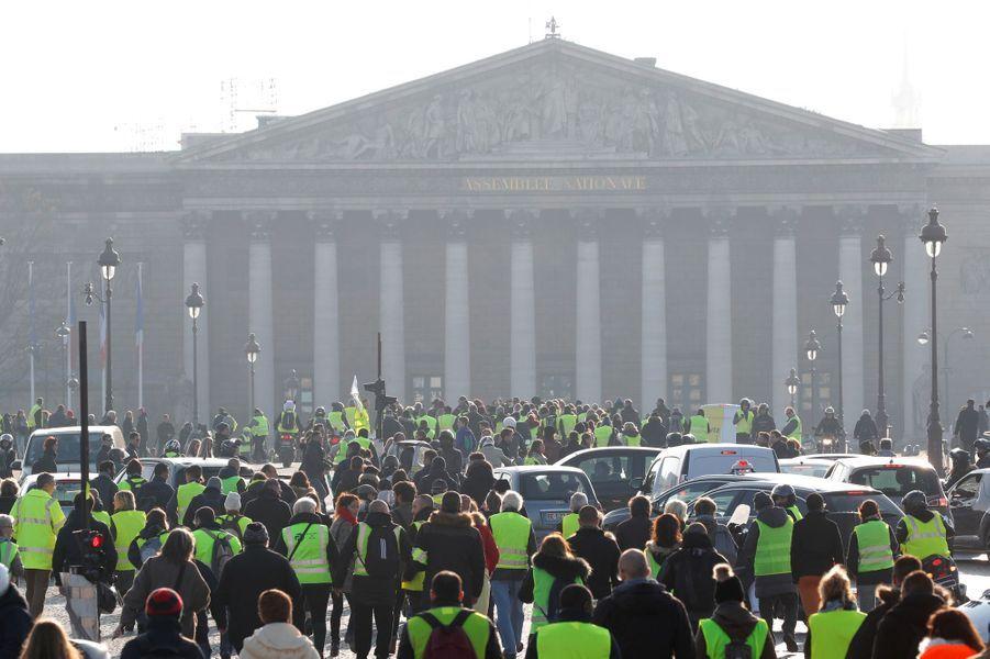 A Paris, des gilets jaunes se dirigent vers l'Assemblée nationale.