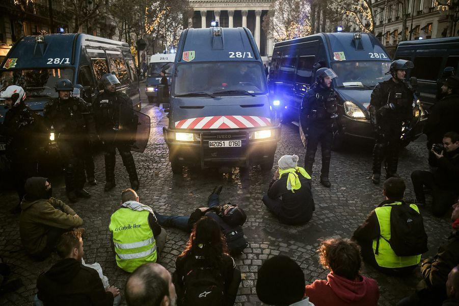 Manifestation de gilets jaunes à Paris près du Palais de l'Elysée samedi soir.