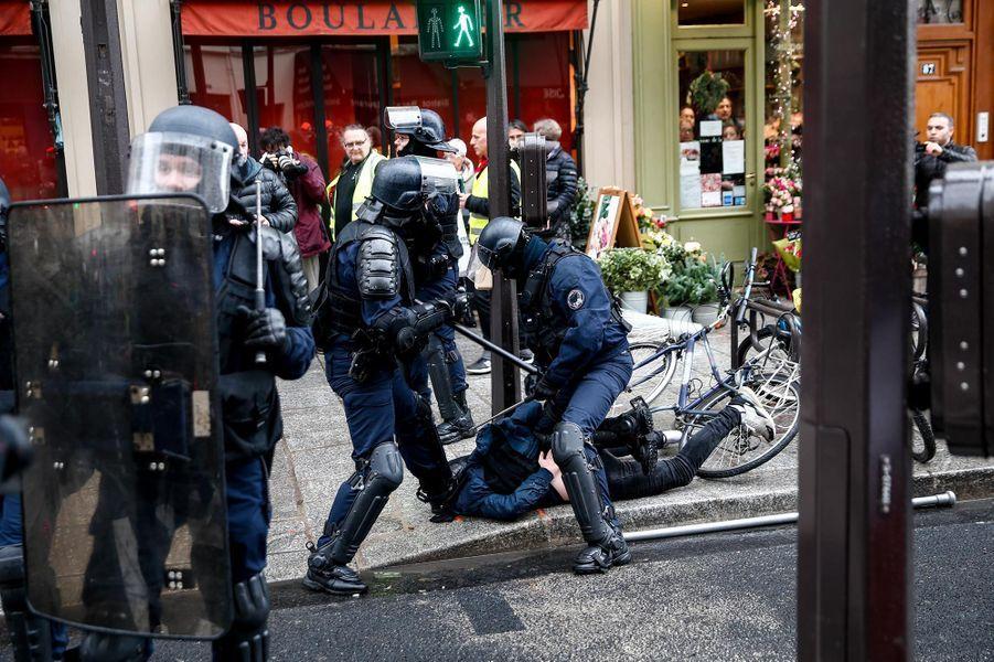 """A Paris, lors de la manifestation des """"gilets jaunes"""", le 22 décembre 2018."""