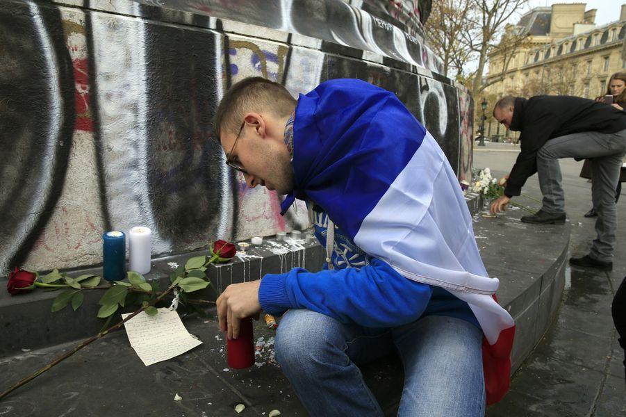A Paris, après les attaques, le recueillement