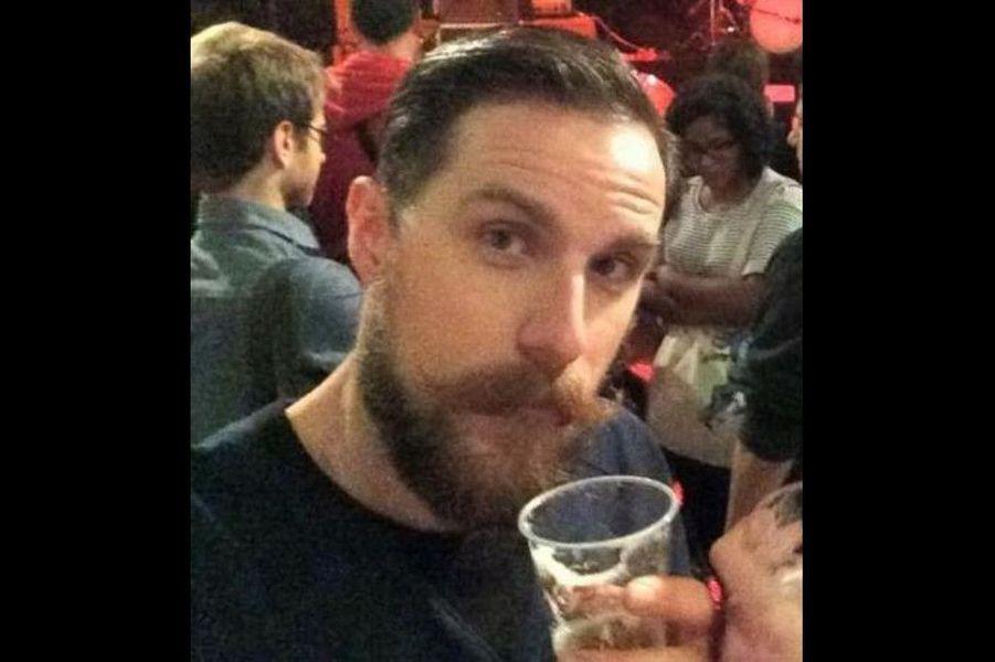 Gilles Leclerc, 32 ans, est mort au Bataclan, a annoncé sa tante lundi en début de soirée, après trois jours d'incertitudes. Le jeune homme était fleuriste dans la boutique de sa mère, à Saint-Leu-la-Forêt (Val-d'Oise), au nord de Paris. Quelques minutes avant le concert, le jeune homme barbu, fan de rock, de tatouages et des Etats-Unis, avait publié un selfie sur les réseaux sociaux: il y apparaissait, avec sa compagne, Marianne, une bière à la main, devant la scène, depuis la fosse qui commençait à se remplir. Lorsque les premiers tirs ont fusé, il a projeté son amie par terre qui, en rampant, est parvenue à s'enfuir.