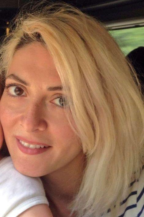 """Hélène Muyal-Leiris, 35 ans, tuée au Bataclan. Mère d'un petit garçon de 17 mois à peine, elle était maquilleuse-coiffeuse à Paris et travaillait dans la mode ou sur des tournages. """"Vous n'aurez pas ma haine"""", a écrit lundi sur Facebook son mari Antoine Leiris, qui avait multiplié les avis de recherche pendant le week-end. """"Je l'ai vue ce matin. Enfin, après des nuits et des jours d'attente. Elle était aussi belle que lorsqu'elle est partie ce vendredi soir, aussi belle que lorsque j'en suis tombé éperdument amoureux il y a plus de 12 ans.""""""""Bien sûr je suis dévasté par le chagrin"""", a reconnu le journaliste de France Bleu, passionné de cinéma, poursuivant: """"Nous sommes deux, mon fils et moi, mais nous sommes plus forts que toutes les armées du monde. (...) Nous allons jouer comme tous les jours et toute sa vie, ce petit garçon vous fera l'affront d'être heureux et libre"""", a-t-il lancé aux assassins d'Hélène."""