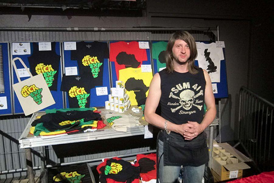 """Anglais de Colchester, il vendait des produits à l'effigie du groupe Eagles of Death Metal lorsqu'il a été tué au Bataclan. """"Nick est mort en faisant le travail qu'il aimait et nous sommes réconfortés de voir à quel point il était aimé par ses amis à travers le monde"""", a écrit sa famille dans un communiqué."""