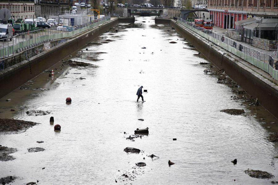 Au fond du canal Saint-Martin, à Paris, Vélib' et autres scooters