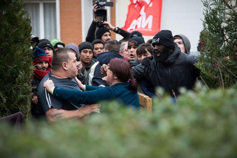 Photo prise lors du rassemblement des migrants. Un riverain aurait été pris à partie avant de brandir un fusil