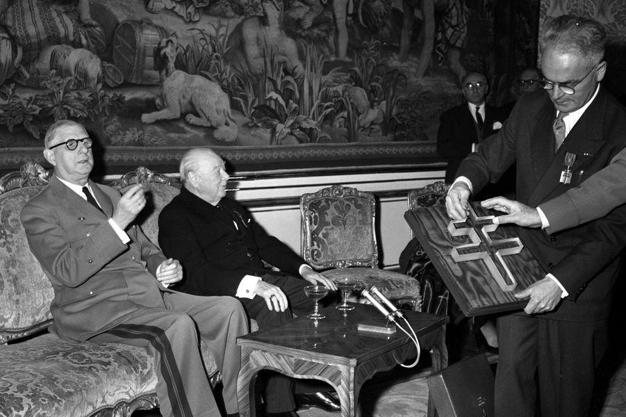 Charles de Gaulle décore Winston Churchill de la Croix de la Libération à l'Hotel Matignon, le 6 novembre 1958