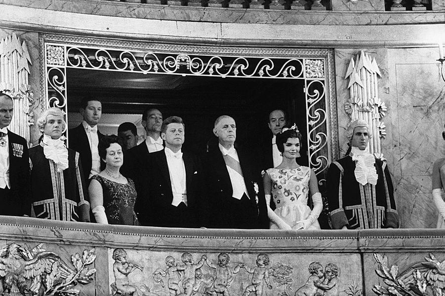 Le couple de Gaulle en compagnie de John Fitzgerald Kennedy et de son épouse Jackie dans la loge d'honneur de l'Opéra Royal, 31 mai 1961