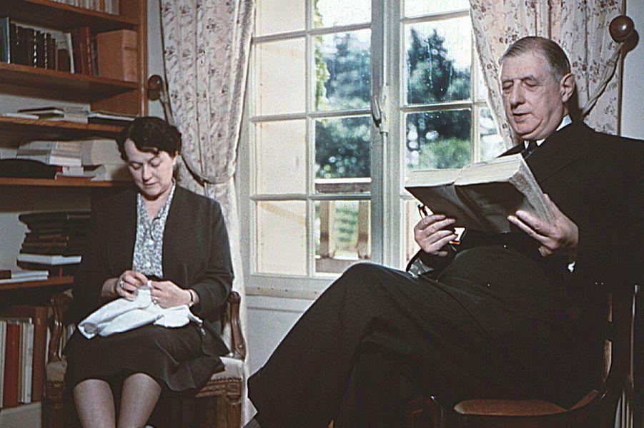 Le Général Charles de Gaulle lit un livre au côté de son épouse Yvonne dans leur maison de La Boisserie, à Colombey-les-deux-églises
