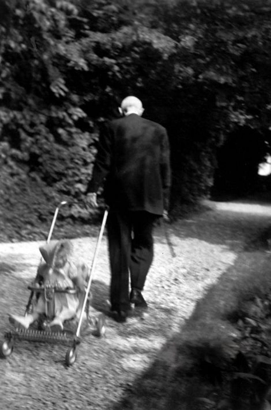 Le Général tire la poussette où se trouve sa petite-fille Anne de Boussieu, âgée d'un an