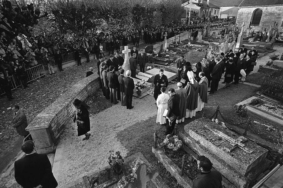 Obsèques du Général de Gaulle, 12 novembre 1970. Yvonne, son épouse, habillée de noir s'en va.