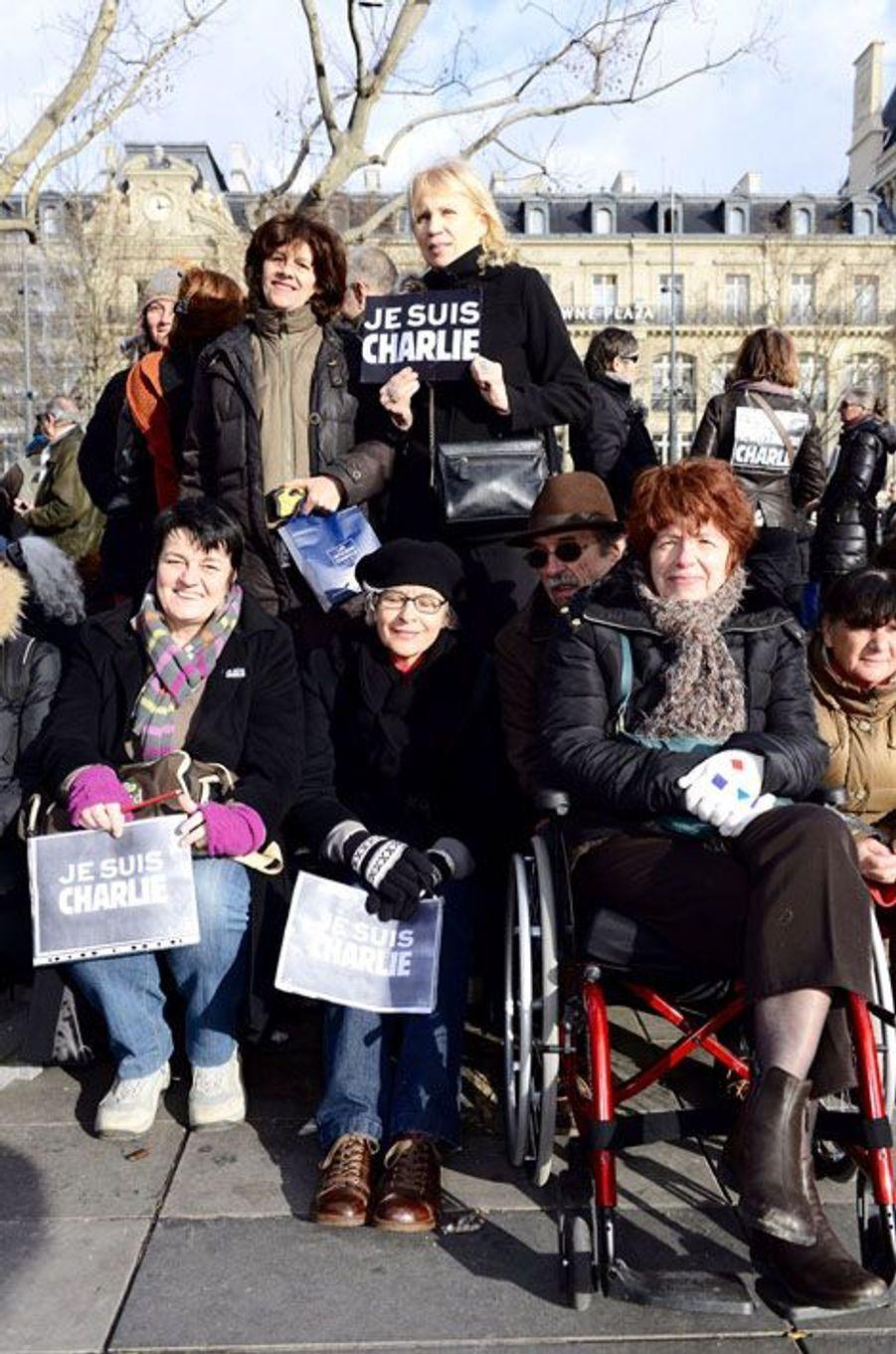 Bénédicte, Claudine et leur amie en fauteuil roulant