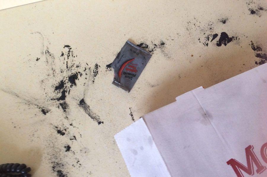 Des traces de poudre demeurent, vraisemblablement pour prendre les empreintes