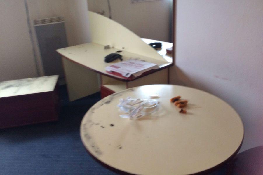Sur une table, des madeleines et des seringues