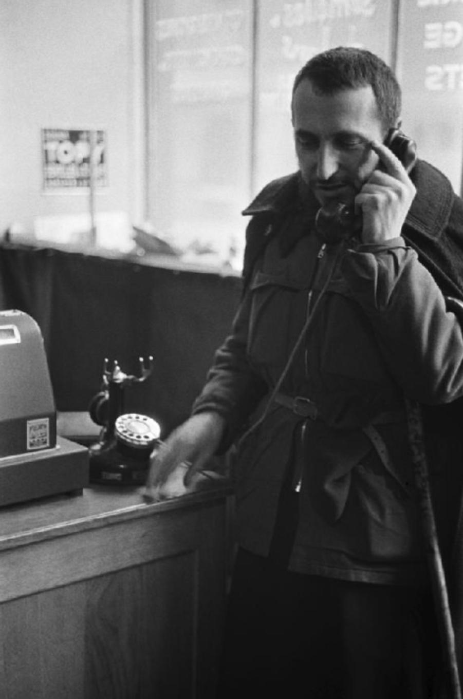 Le matin du 1er février 1954, l'abbé Pierre lance à la radio un appel en faveur des sans-abris, qui, repris par la radio, la presse et la TV soulève une immense vague de solidarité. Toutes les heures il téléphone à son QG de Neuilly-Plaisance, toujours vêtu du même blouson brun sur sa soutane usée. Les dons ont transformé son compte de chèques-postaux n° 4537-20 (Groues Pierre) en une banque des sans-abris. Il vient d'ouvrir à l'hôtel Dorchester, 92 rue de la Boétie à Paris, un centre où peuvent être adressés les dons de toute nature.