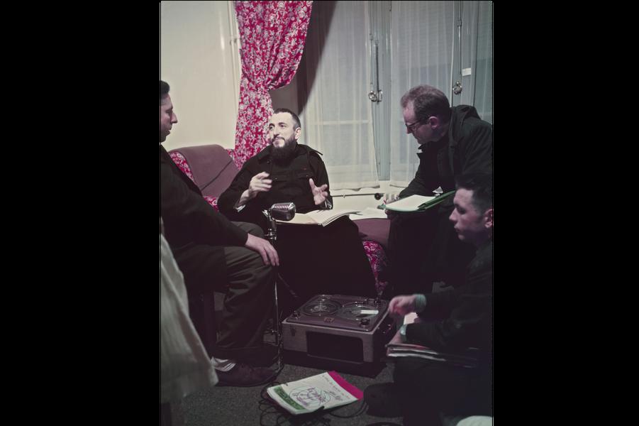 Hiver 1954. L'Abbé Pierre reçoit Paris Match