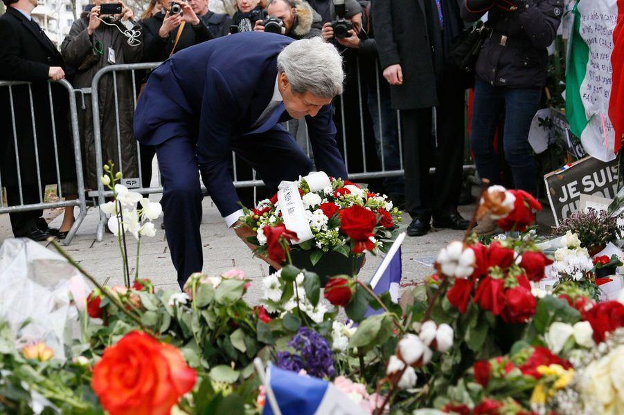 John Kerry dépose une gerbe de fleurs où le policier Ahmed a été abattu