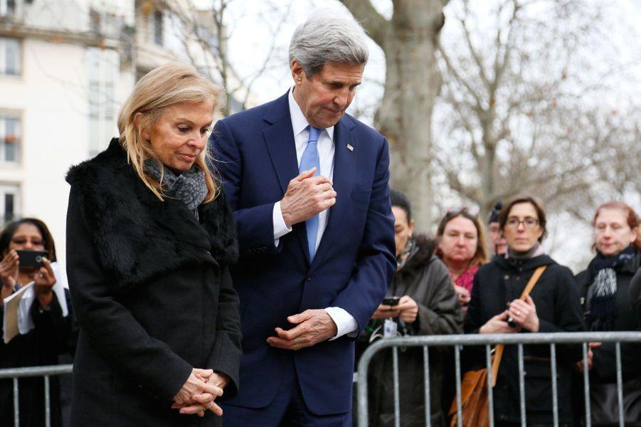 John Kerry et l'ambassadrice des Etats-Unis en France Jane Hartley où le policier Ahmed a été abattu
