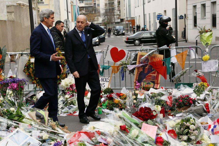 """John Kerry et Laurent Fabius devant les locaux de """"Charlie Hebdo"""""""