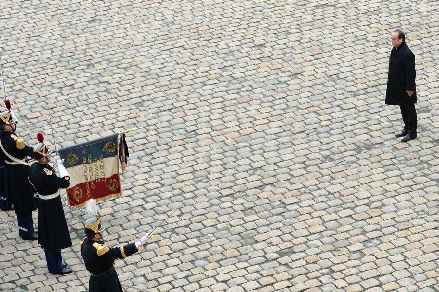 François Hollande devant les Gardes républicains
