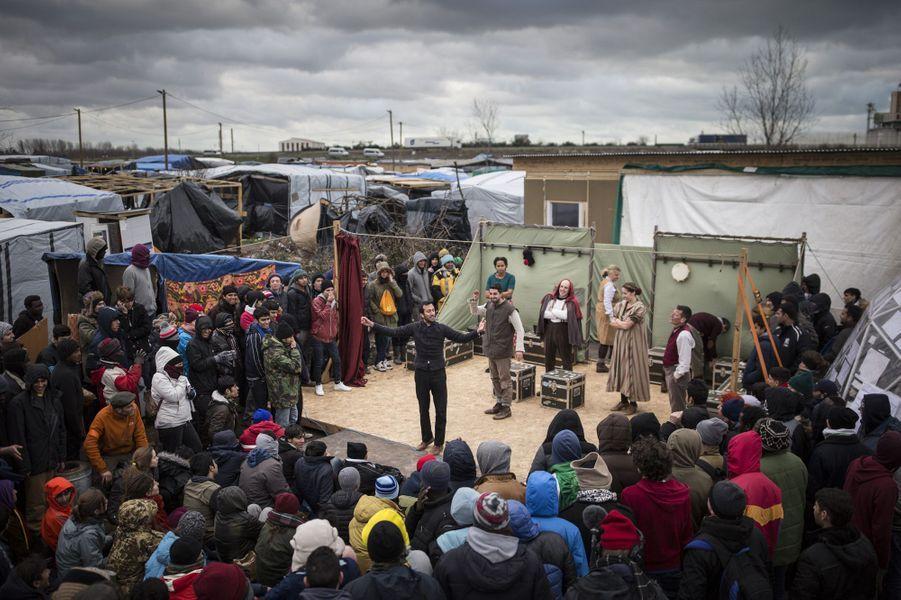 La troupe du Globe, le théâtre de Shakespeare, s'est produite mercredi 3 février 2016 dans la Jungle de Calais
