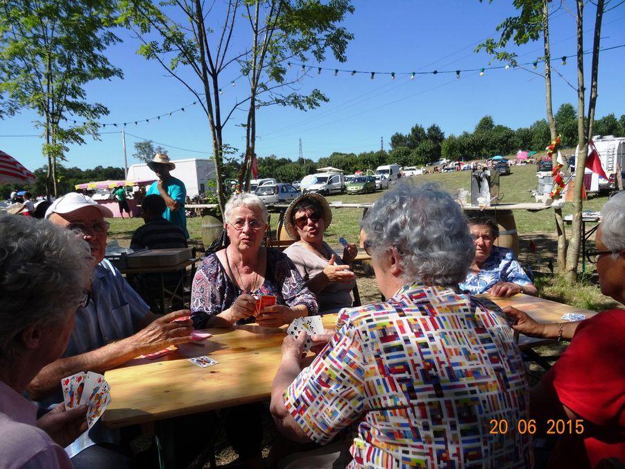 Partie de belotte pour les anciens lors de la fête de Petit-Palais le 20 juin 2015
