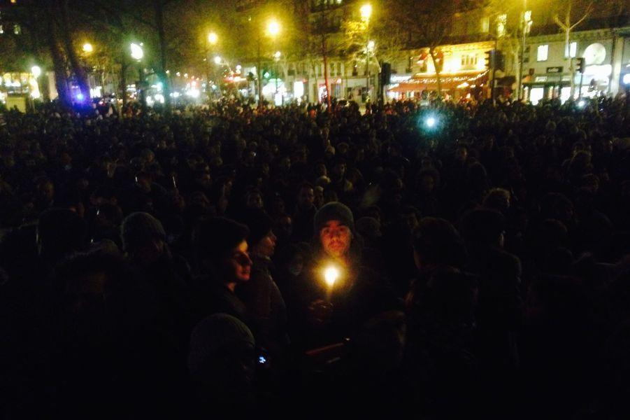 La foule allume des bougies, affrontant le froid pour dire leur chagrin et leur colère.