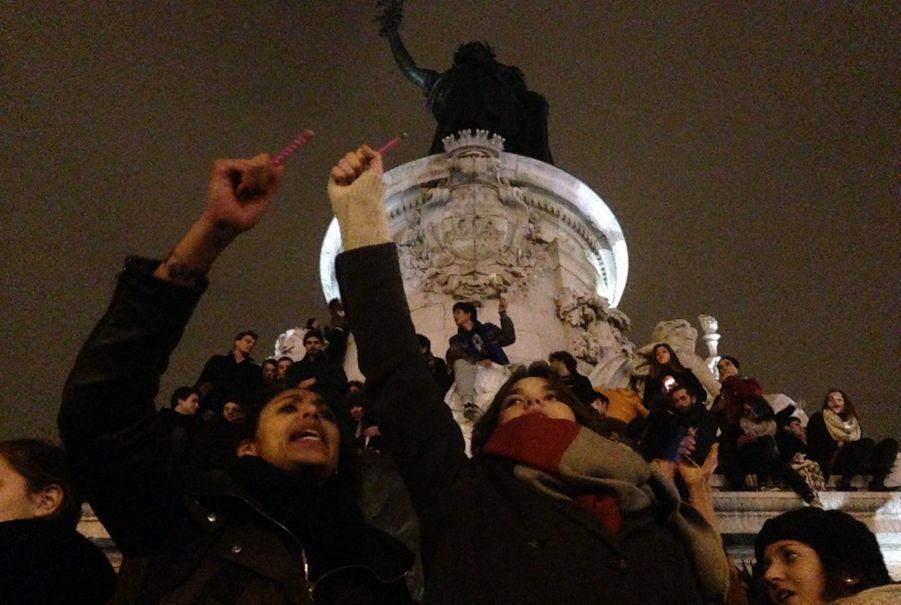 """Beaucoup brandissent des stylos et de crayons en hommage aux caricaturistes abattus, chantant le slogan """"L'Encre doit couler, pas le sang!"""""""