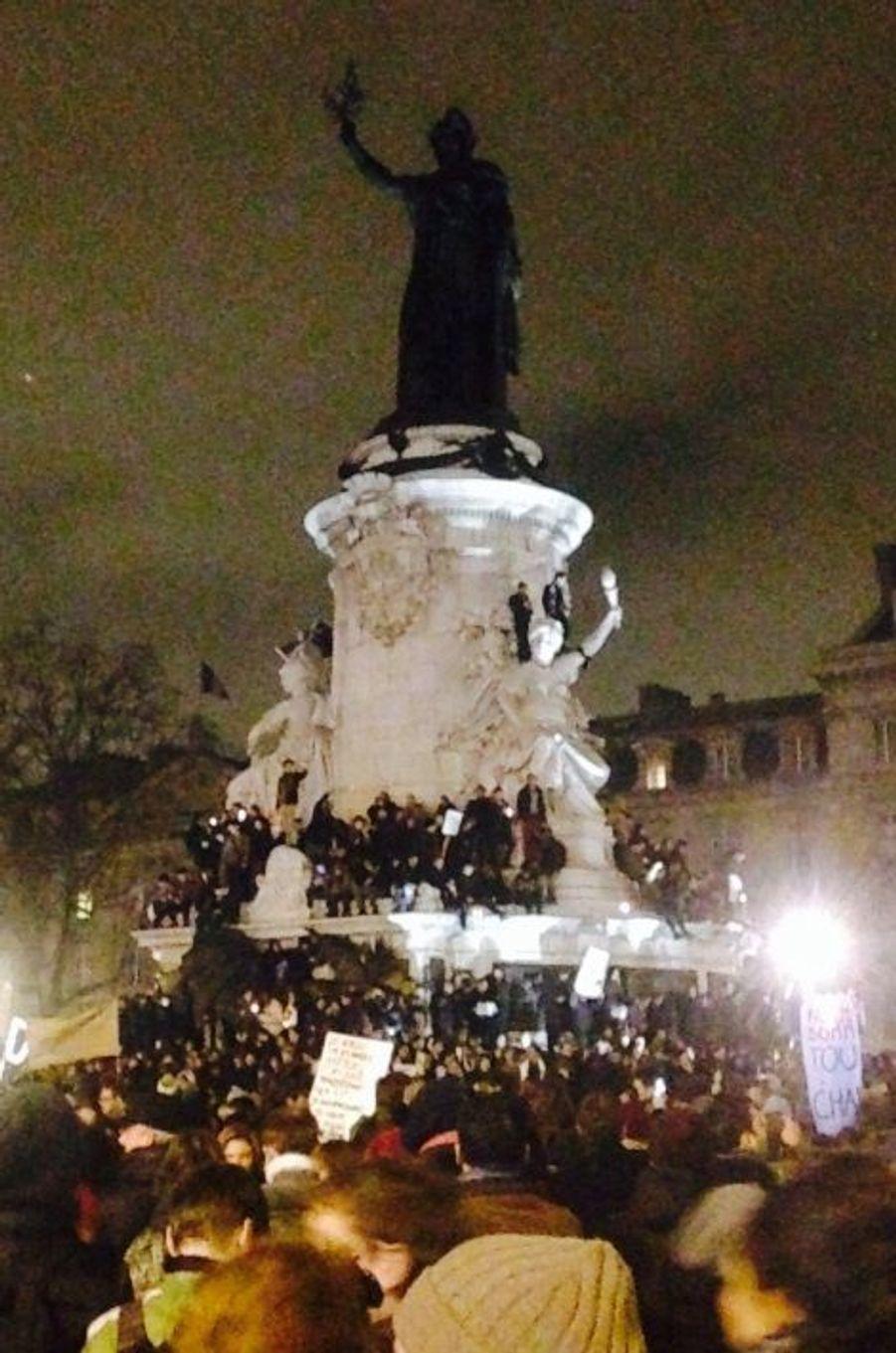 La foule se rassemble Place de la République le 7 janvier 2015 au soir pour protester contre le massacre de 10 journalistes de Charlie Hebdo et deux policiers.