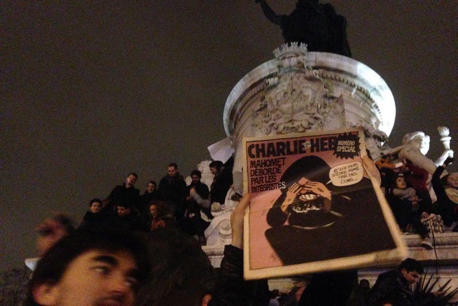 """Aux airs de """"Charlie-Liberté"""" ou de la Marseillaise, de nombreux manifestants brandissent les caricatures de Charlie Hebdo qui ont enragé les islamistes."""
