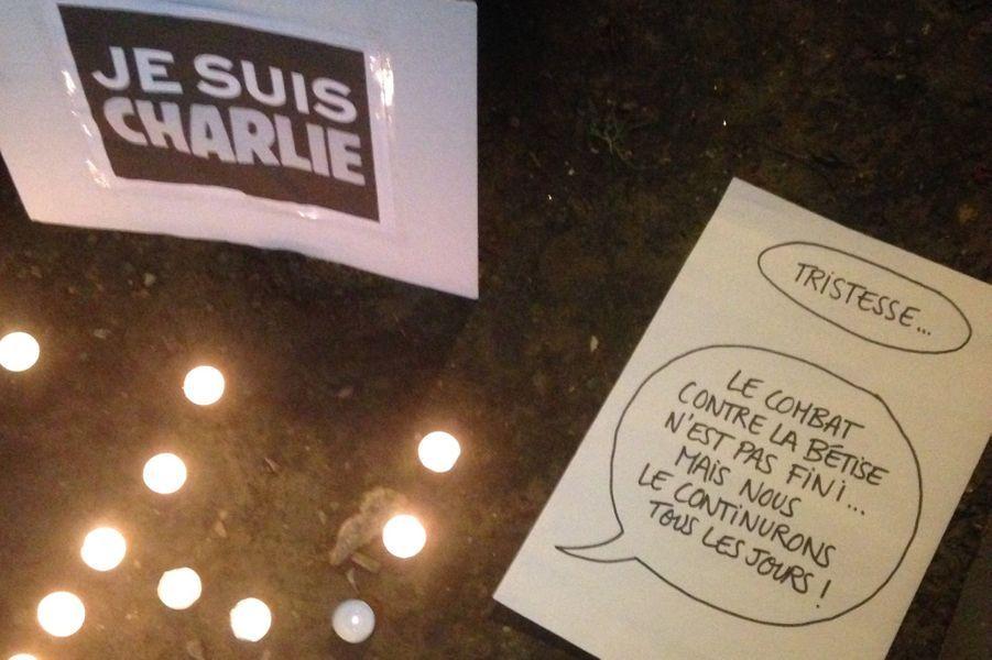 D'autres manifestants inscrivent sur le sol des messages de soutient à Charlie Hebdo, à la presse, ou à la Liberté en général.