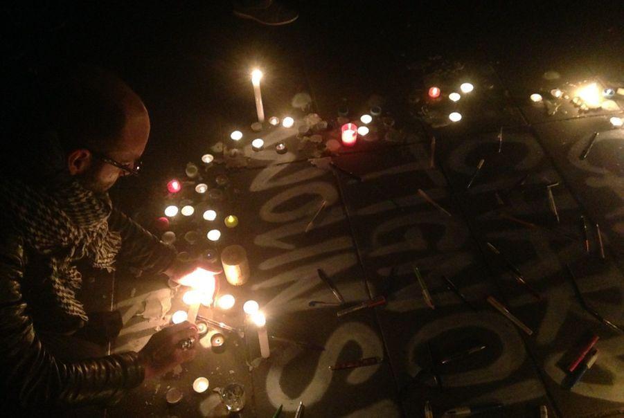 On entend quelques prières, quelques slogans rageurs. Mais l'essentiel est recueilli, observant par moment des minutes de silence.