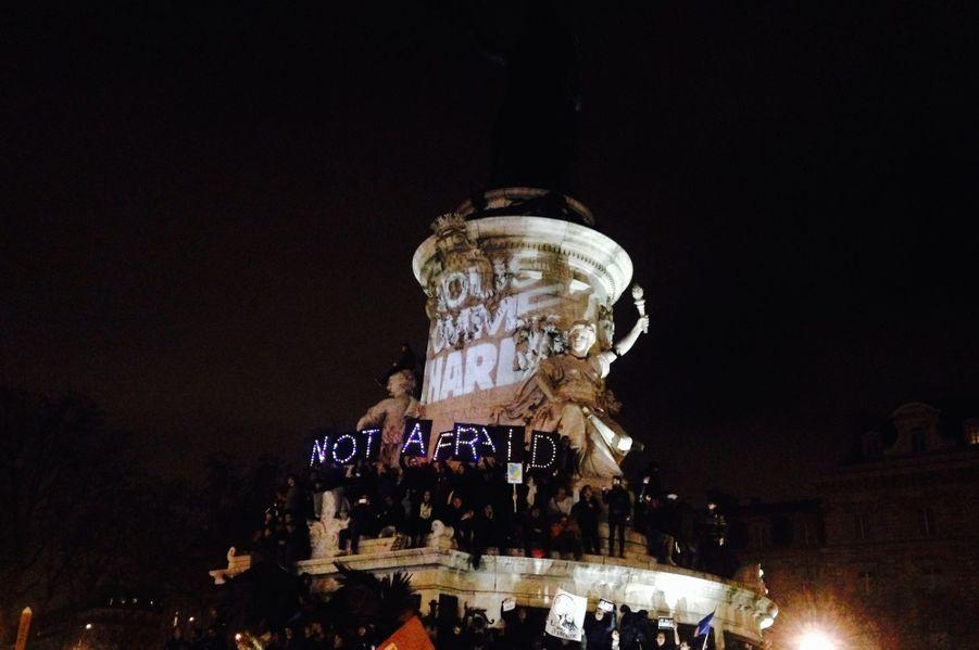Escaladant la statue figurant l'allégorie de la République, sur la place du même nom, de nombreux jeunes manifestant s'esquintent la voix à scander des slogans dans le froid. Beaucoup sont en larmes.