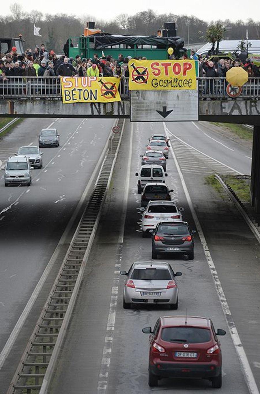 Les paysans refusent de quitter le périphérique de Nantes