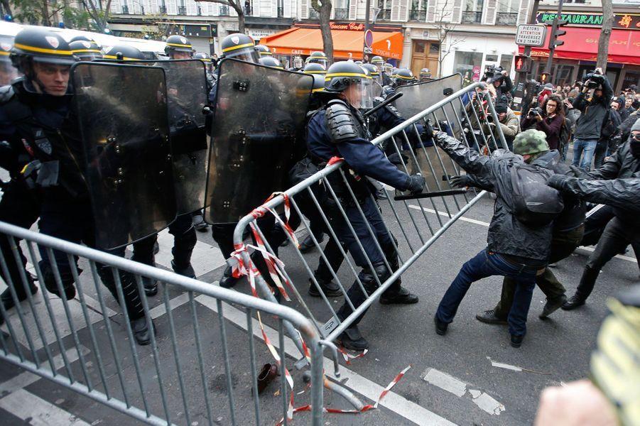 Une manifestation a éclaté place de la République à Paris dimanche