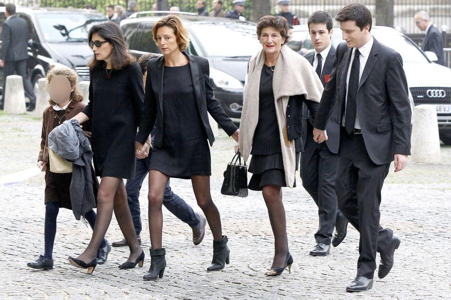 La famille de Christophe de Margerie arrive à l'hommage qui a été rendu au sein de l'église Saint-Sulpice à Paris