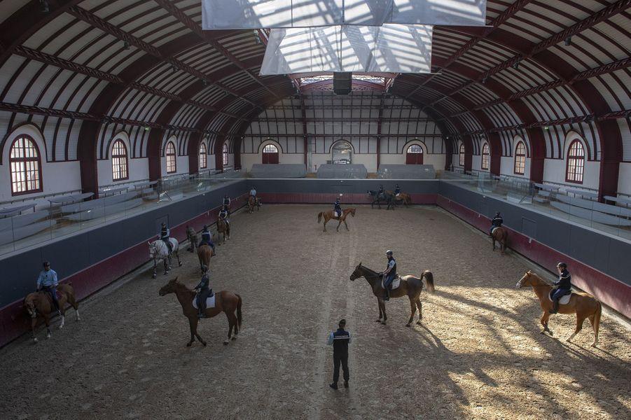 Le manège de la caserne des Célestins lors d'un entrainement le 15 mai 2020. La caserne des Célestins est lesiège de l'état-major de la Garde républicaine à Paris.Trois hectares à l'ombre de la Bastille.