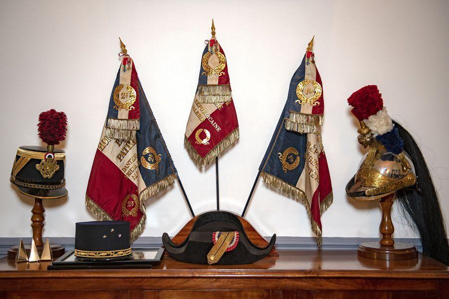Fagnions et casques et bicornes de la garde Républicaine, le 15 mai 2020 dans le bureau du général Eric Bio-Farina, qui commande la Garde républicaine depuis 2019.
