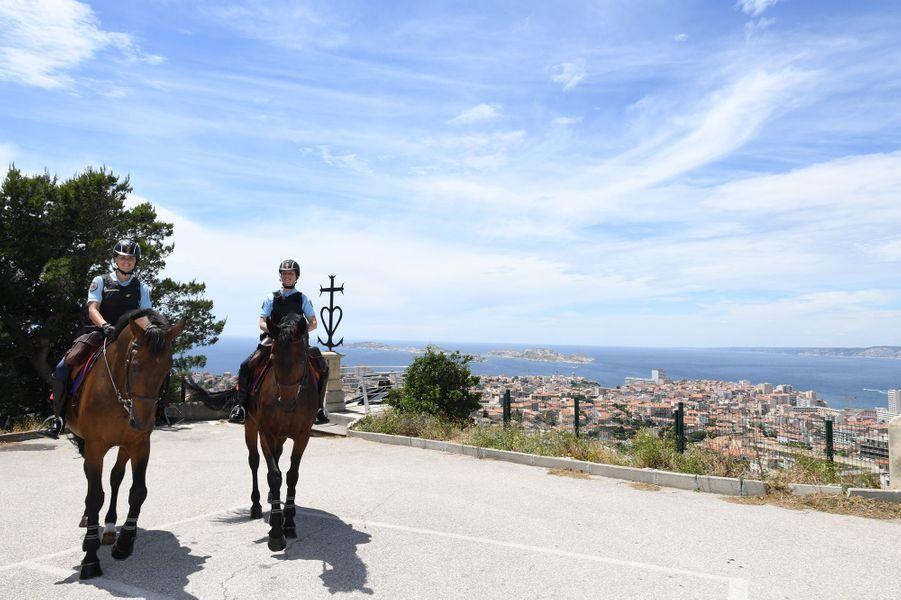 Solenn, sous-officier de la Garde Républicaine et Pépite son cheval en compagnie de Christelle et Ricard, gendarme de réserve,patrouillent à Notre-Dame de la Garde à Marseille le 16 juin 2020.