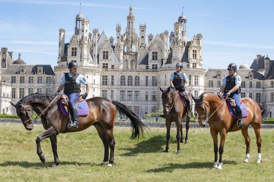 Garde Républicaine au château de Chambord le 23 juin 2020. De gauche à droite : l'adjudant Thierry, les gendarmes Lucille et Adeline. Les chevaux de la Garde républicaine sont très populaires.