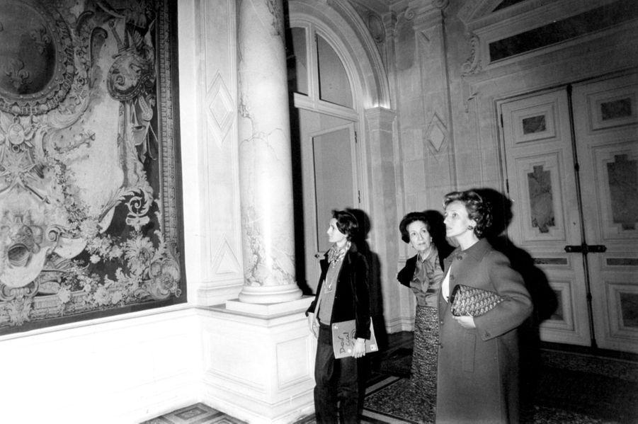 Bernadette Chirac découvre ses nouveaux appartements de l'Hôtel de Ville, en 1977 avec sa fille Laurence et Mme Tautelle, épouse du prefet de Par...