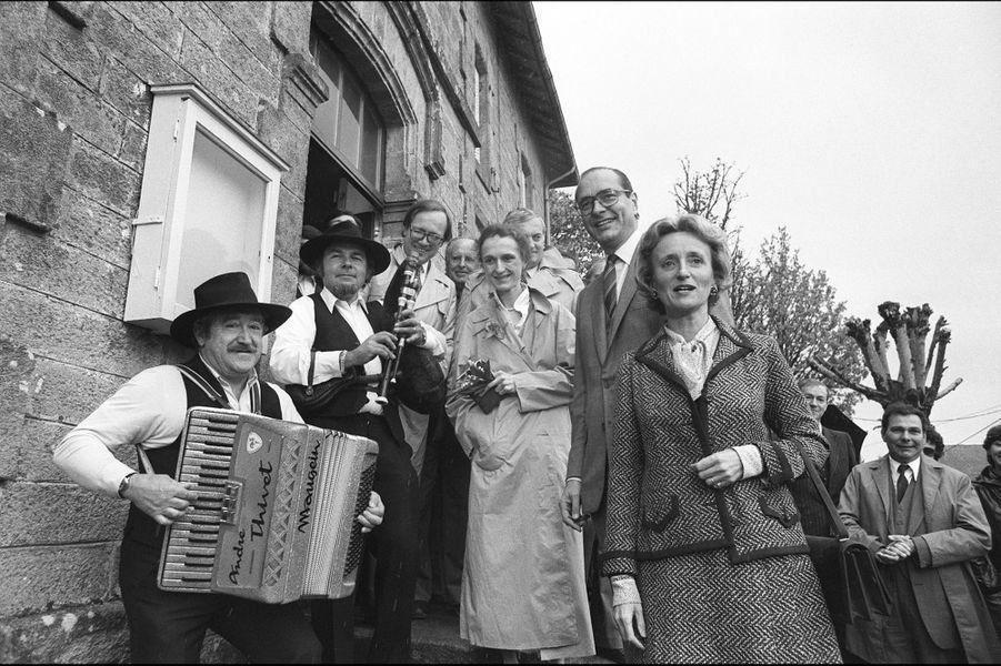 FRANCE, Sarran : Jacques Chirac, accompagné de sa femme Bernadette et de sa fille aînée Laurence, pose devant la Mairie de Sarran, lors du 1er t...