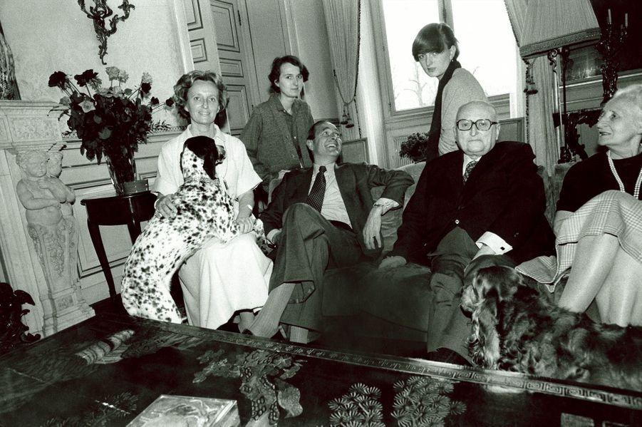 Jacques Chirac assis sur un canapé dans le salon de son appartement de l'Hôtel de Ville à Paris avec son épouse Bernadette, leurs filles Laurenc...