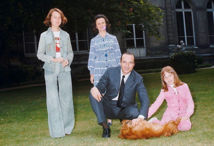 Laurence Chirac, debout à gauche, pose en 1974 avec son père Jacques Chirac, alors nouveau Premier ministre, sa mère Bernadette et sa soeur Claud...