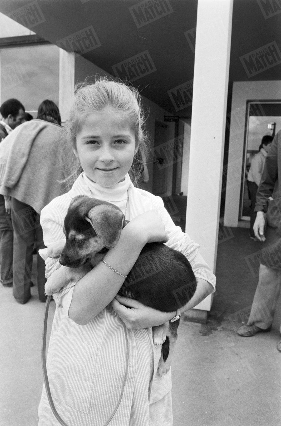 «Leur seule chance : la pitié des amis des bêtes. La petite fille a eu de la chance : la Spa évite en général de confier un chiot aux familles qui ont des enfants en bas âge.»(Paris Match n°1625, 18 juillet 1980)