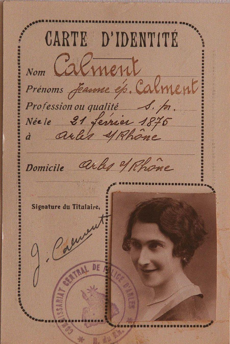 La carte d'identité de Jeanne Calment à 20 ans.