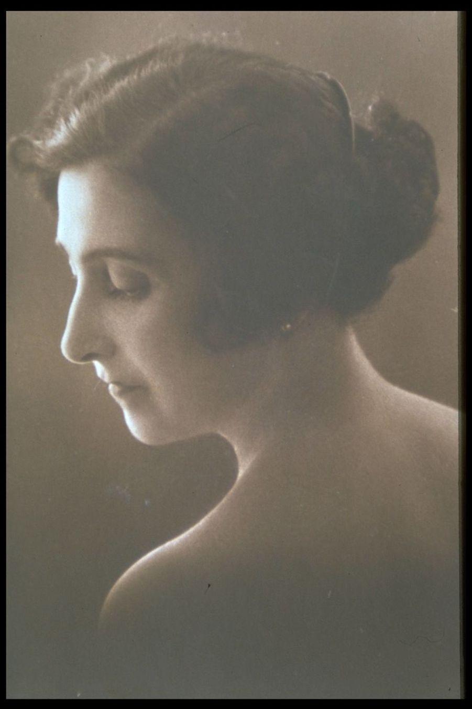 Jeanne Calment sur une photographie non datée, probablement Belle Époque