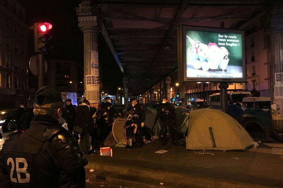 Le campement comptait 3852personnes vivant dans des tentesdressées sous la ligne du métro aérien.